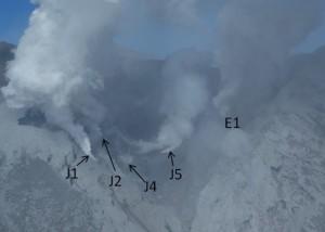 写真2. 南から見た主火口.