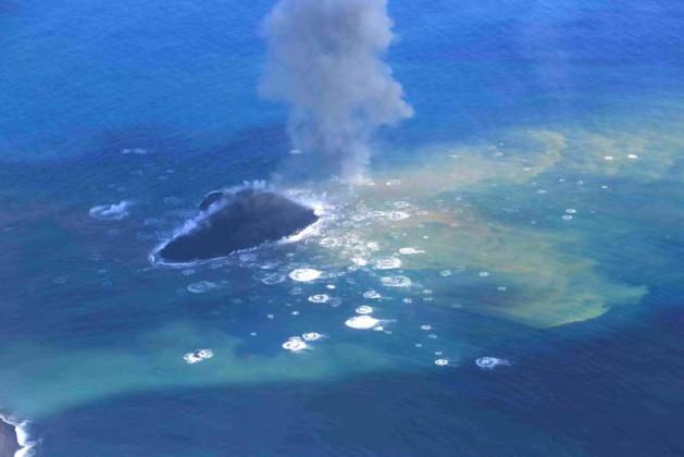 写真3。新島と火山弾の着水の様子。島の西側から2013 年11 月24 日昼前撮影。