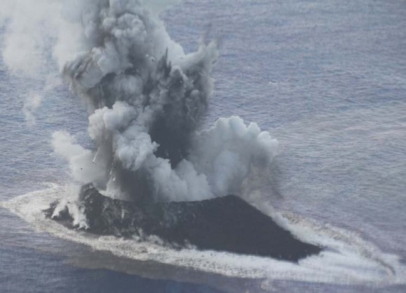 図2. コックステールジェットを伴う噴火 (北側より)