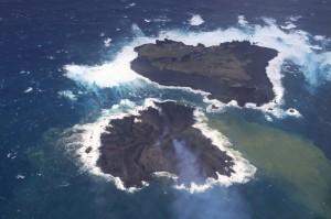 写真1. 新島成長の様子.12月初旬以降,南西から北西側に大きく拡大し,西之島に接近している.南東から撮影.