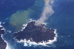 写真2. 新島成長の様子.褐色噴煙は火砕丘東斜面から上がっている.西から撮影.