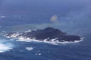 写真3. ストロンボリ式噴火が間欠的に発生し,再び火砕丘が成長している.海水面からの高さは,40-50 mと推定される.西側から撮影.