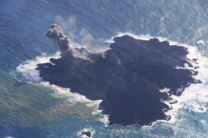 写真 5. 火砕丘の東側斜面から立ち上がる褐色噴煙.斜面には小火口が少なくとも2箇所ある.北西側から撮影.