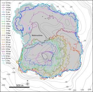 図1 西之島の新たに形成された部分の輪郭の変化.TerraSAR-Xによる衛星画像 (協力: 株式会社パスコ) をもとに作成している.海底地形は海上保安庁水路部 (1993) の海底地形図をもとにしている.