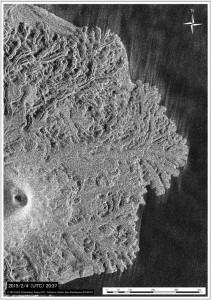 図2 北側溶岩ローブ群および中央火口の様子.左上図が1月14日(JST),右上図が2月5 日(JST).中央火砕丘の火口径は直径 80 m 程度,火口内の影部分(凹部)が拡大している.下図は新たに東側に流出している溶岩ローブ群(2月5 日 JST).TerraSAR-Xによる衛星画像 (協力: 株式会社パスコ).