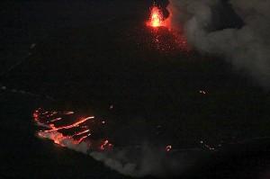 写真3:ストロンボリ式噴火を繰り返す中央火砕丘と海に注ぐ溶岩流が夜間にはよくわかる。途中から溶岩が地上に現れそのまま海に注ぐ溶岩チューブシステムの様子がよく分かる。北東側から撮影。