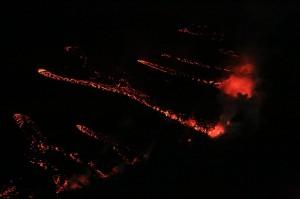 写真4:海に注ぐ溶岩流の夜間の様子。