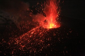 写真5:ストロンボリ式噴火で飛び散る噴石。