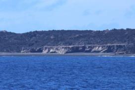 西側から撮影した西之島旧島(6月15日14:05).砂州が発達し海とは隔絶している.