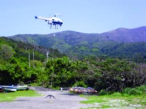 図3 設置に向かう無人ヘリ