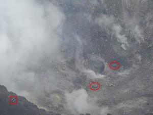 次の写真は,この噴気孔から薄い有色噴煙が勢いよく出ている様子を捉えたもので,この様に噴気孔から断続的に火山ガスの噴出が継続している.
