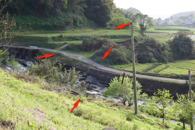 写真1 益城町堂園北、木山川右岸の右横ずれを示す地表地震断層。