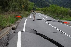 写真4 南阿蘇村立野に出現した右横ずれを示す地表地震断層。