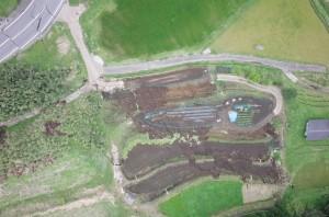 写真5 南阿蘇村立野の孤立丘を横断する地表地震断層。愛工大所有のUAVを使用して撮影した。
