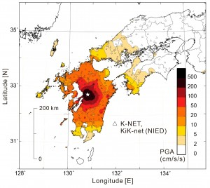 図1 地震による地表の最大加速度の分布(PGA; cm/s/s)。浅い地震(h=10 km)のため、震源(☆)の直上は水平動の加速度が最大500cm/s/sを超える強い揺れとなった。揺れは、震源から遠ざかるにつれて、同心円を描くように急激に弱まっている。防災科学技術研究所K-NET, KiK-net強震観測データを用いて作図。