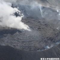 2月4日中田教授による新燃岳火口の空撮写真
