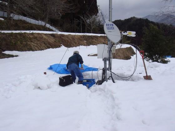 積雪の中での観測点保守作業(濃尾PJ千疋観測点)