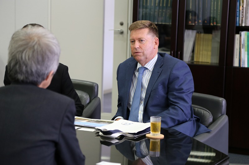ポール・マデン英国大使が地震研を訪問