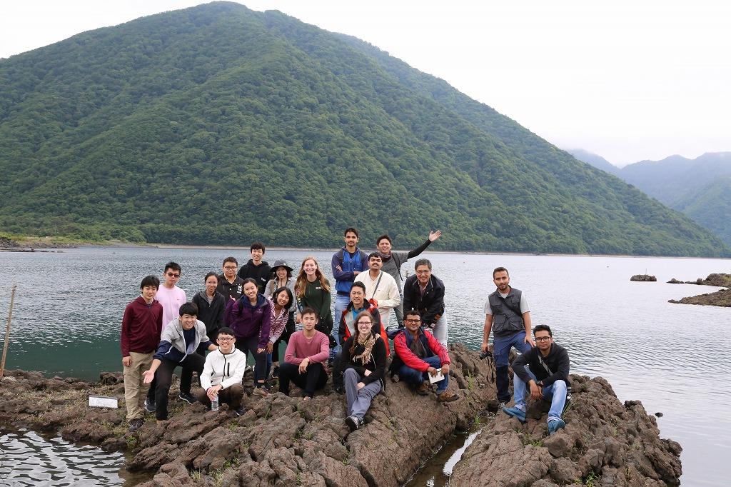 梅雨空の下、海外インターンによる富士箱根巡検