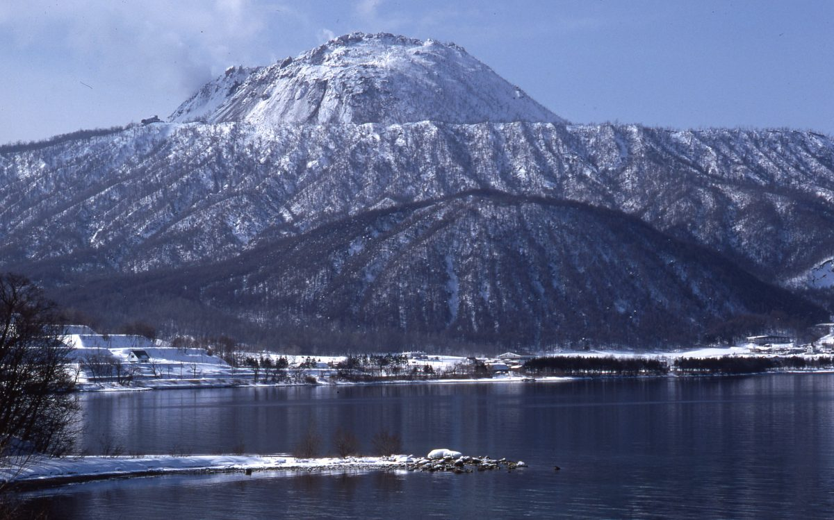 洞爺湖側から見た有珠山